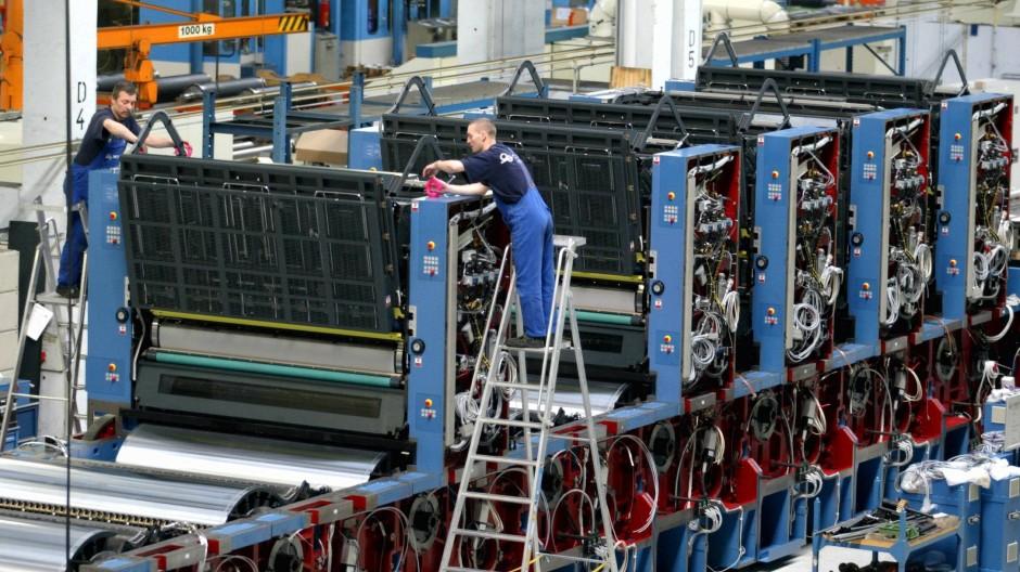 Arbeiter in einer Werkhalle des Druckmaschinenherstellers KBA Planeta in Radebeul bei Dresden