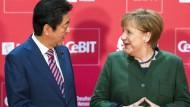 Japans Ministerpräsident Shinzo Abé und Bundeskanzlerin Angela Merkel auf der Cebit