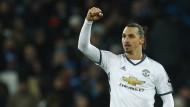Zlatan Ibrahimovic schießt für Manchester United das 2:0.