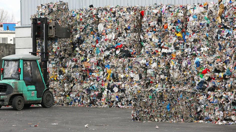 Zusammengepresster Plastikmüll auf dem Weg zur Wiederverwertung.