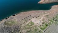 Bauwerke des versunkenen Edersee-Atlantis tauchen derzeit wieder in Waldeck auf. Der Stausee hat zurzeit nur rund ein Viertel seines Wasserstandes.