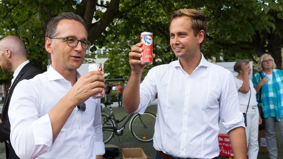 """""""Auf die SPD!"""" Apfelsaft trinken aus der der Oliver-Strank-Fandose."""