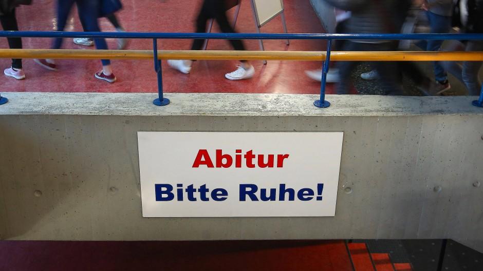 Ein Schild mit der Aufschrift «Abitur Bitte Ruhe!» hängt im Gang des Kreisgymnasiums in Riedlingen, 18. April 2018