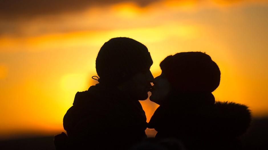 """Weder ein Kuss, noch ein im Sonnenuntergang geflüstertes """"Ich liebe dich"""" markieren heutzutage zwingend den Beginn einer Partnerschaft."""