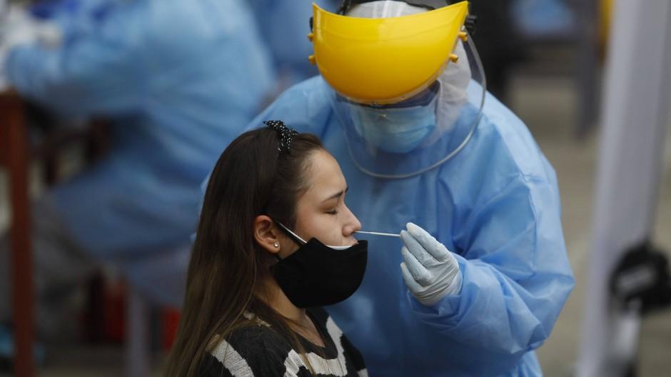 Nasenabstrich in Lima, Peru: Ein medizinischer Mitarbeiter testet eine Patientin auf das Coronavirus