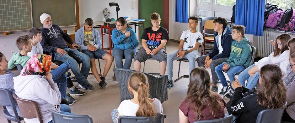 Eine echte Gemeinschaft: Bachmann im Kreise seiner 6b an der Georg-Büchner-Schule in Stadtallendorf