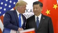 Amerikas Präsident Trump schüttelt dem chinesischen Präsidenten Xi Jinping am Rande des G-20-Gipfels in Osaka im Juni 2019 die Hand.