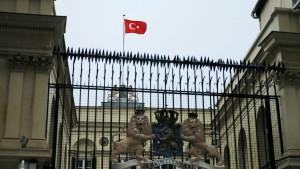 Mann hisst türkische Flagge in niederländischem Konsulat