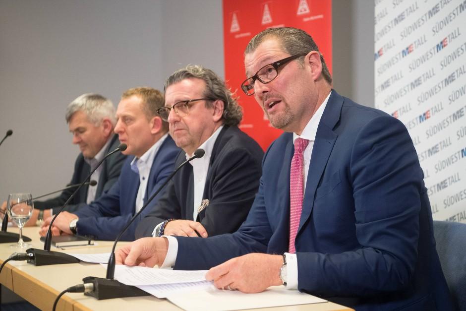 IG-Metall-Vertreter während der Pressekonferenz zum Abschluss der Tarifverhandlungen