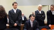 Die Angeklagte Beate Zschäpe und ihr neuer Anwalt Mathias Grasel an diesem Dienstag im Münchner Gerichtsaal; die Pflichtverteidiger Wolfgang Stahl, Anja Sturm und Wolfgang Heer (r.) haben offensichtlich nun Nebenrollen