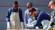 Flüchtlinge lernen die Arbeit mit dem Schweißbrenner: Ihre Aussichten auf dem Arbeitsmarkt sind nicht schlecht.