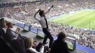 Frankreichs Präsident Emmanuel Macron jubelt auf der Tribüne über den Erfolg der französischen Nationalmannschaft.