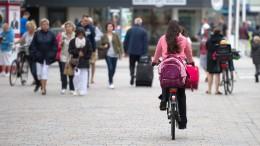 Rentner schlägt Neunjährige mit Gehhilfe