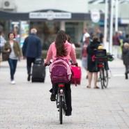 Für manche ein Ärgernis: Viele Radfahrer fahren trotz Verbots durch die Fußgängerzone, wie hier in Westerland auf Sylt.