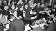 Dicht gedraengt stehen deutsche Buerger am 20. Juni 1948, dem Stichtag der Währungsreform in den westlichen Besatzungszonen, in einer Umtauschstelle in Hamburg, um sich die neue Währung zu holen. Jedem Haushaltsmitglied standen 40 Deutsche Mark zu.