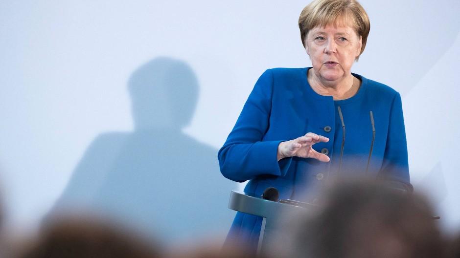 Die Würde des Menschen könne nur gewahrt werden, wenn die Grundwerte wirklich eingehalten würden, sagte Kanzlerin Angela Merkel am Montag in Berlin.