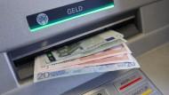 Bargeld im Geldschlitz eines Bankautomaten in Bayern