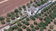 Die beiden Züge prallten offenbar mit hoher Geschwindigkeit aufeinander.