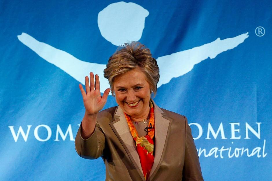 Lange schwieg Hillary Clinton zu ihrer Wahlniederlage, jetzt taucht sie wieder in der Öffentlichkeit auf.
