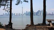 Sollen sie doch drüben in ihren Hochhäusern schwitzen. Auf Toronto Island im Ontariosee zählen andere Dinge
