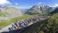 Heiße Duelle in dünner Luft: Das Peloton der Tour de France 2011 bewältigt den Anstieg zum Col du Galibier.