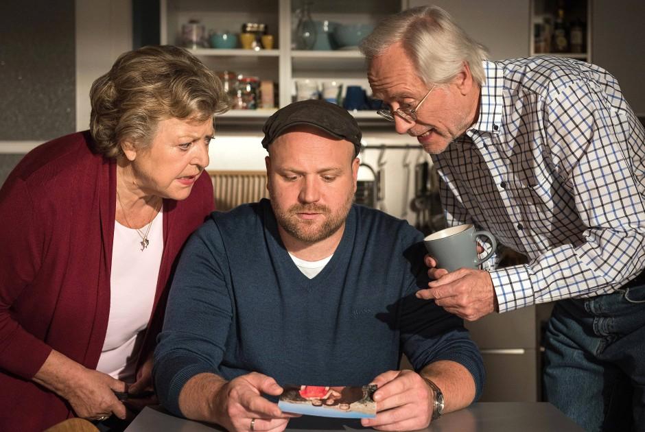 Szene aus der 2017 ausgestrahlten Folge 1643: Helga Beimer, Klaus Beimer und Hans Beimer (rechts)