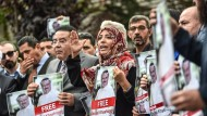 Vor dem saudischen Konsulat in Istanbul: Der ägyptische Oppositionspolitiker Ayman Nour (3. v. l.) und die jemenitische Friedensnobelpreisträgerin Tawakkul Karman