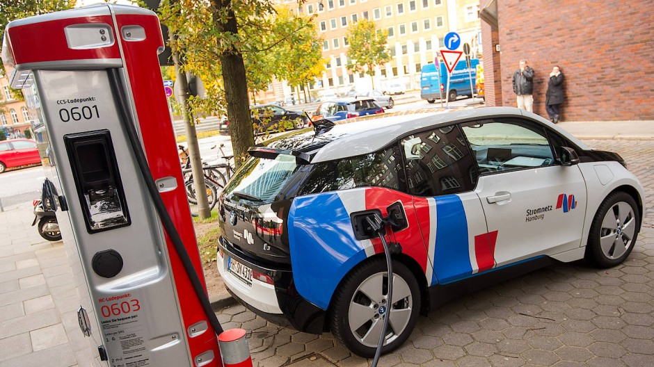 E-Ladestation in Hamburg: Die SPD fordert eine Million neue Ladesäulen für Elektroautos bis 2025.