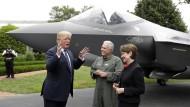 """Ein gewinnbringendes Produkt """"made in America"""": Präsident Trump vor einem F-35-Kampfjet gemeinsam mit Vertretern von Lockheed Martin."""