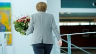 Blumen für die Kanzlerin: Den Strauß erhielt Angela Merkel vorzeitig zum Valentinstag, nicht zum Abschied.