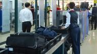 Viele Passagiere brauchen zu viele Wannen bei der Handgepäckkontrolle.