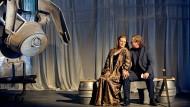 """Catherine Foster (Brünnhilde) und Stefan Vinke (Siegfried) eröffnen die """"Götterdämmerung"""" des """"Rings"""" von Castorf."""