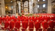 """Vor dem Einzug in die Sixtinische Kapelle kamen die Kardinäle am Morgen im Petersdom zur Wahl-Messe """"Pro Eligendo Romano Pontifice"""" zusammen"""