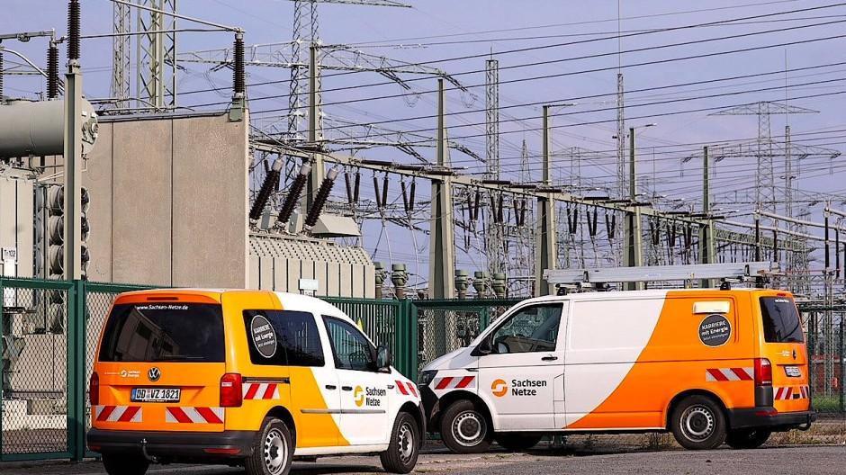 """Zwei Wagen der """"Sachsen Netze"""" stehen vor dem Umspannwerk Dresden-Süd, wo die Störung auftrat."""