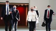 Bundeskanzlerin Angela Merkel auf dem Weg zur Pressekonferenz
