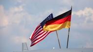 Von Augenhöhe kann keine Rede mehr sein:Die USA kontrollieren und hören weiter ab, die deutsche Regierung nimmt es hin.