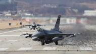 Ein amerikanischer F-16 Kampfjet auf dem Militärstützpunkt in Pyeongtak