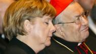 Besinnliche Zuhörerin mit geschlossenen Augen beim Festakt zum 70. Geburtstag von Kardinal Lehmann (r.) im Mai 2006: Bundeskanzlerin Angela Merkel