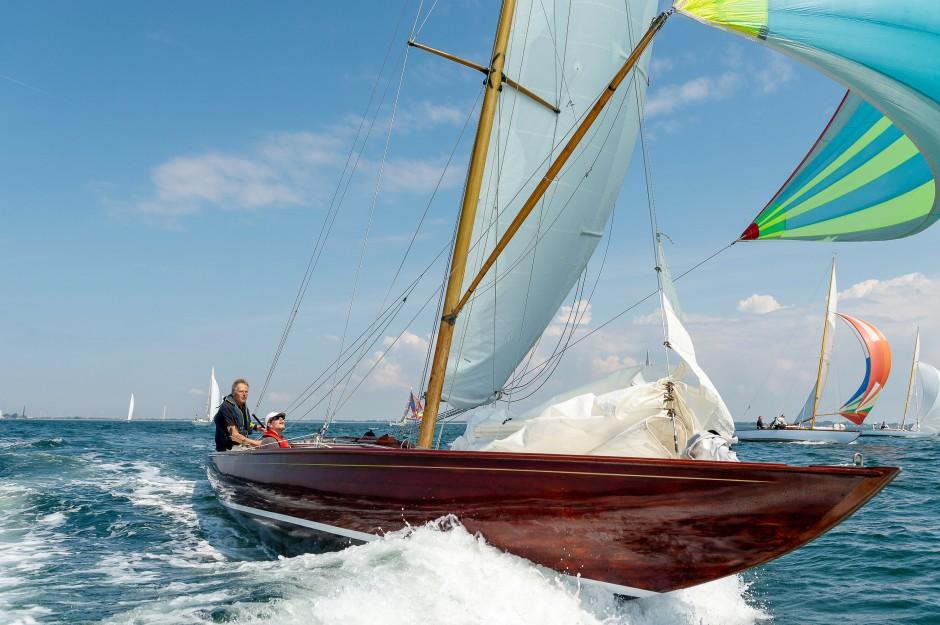 Teilnehmer Johan Aker mit einem 87 Jahre alten Boot des Lübecker Segelmachers Arnd Deutsch.