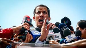 Guaidó will ausländische Hilfslieferungen selbst abholen