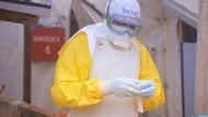 Kongo, Beni: Ein Pfleger mit Schutzkleidung steht in einem Ebola-Behandlungszentrum.