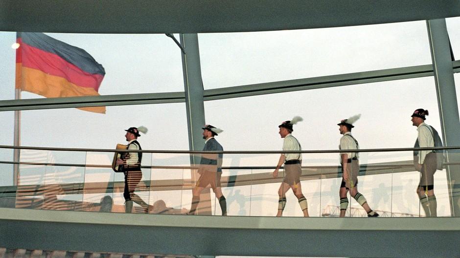 """Bayern können alles: die Münchner Schwulengruppe """"Schwuhplattler"""" nach einem Auftritt im Reichstagsgebäude."""