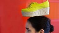 Marijana Condic trägt ihren Schuh auf dem Kopf.
