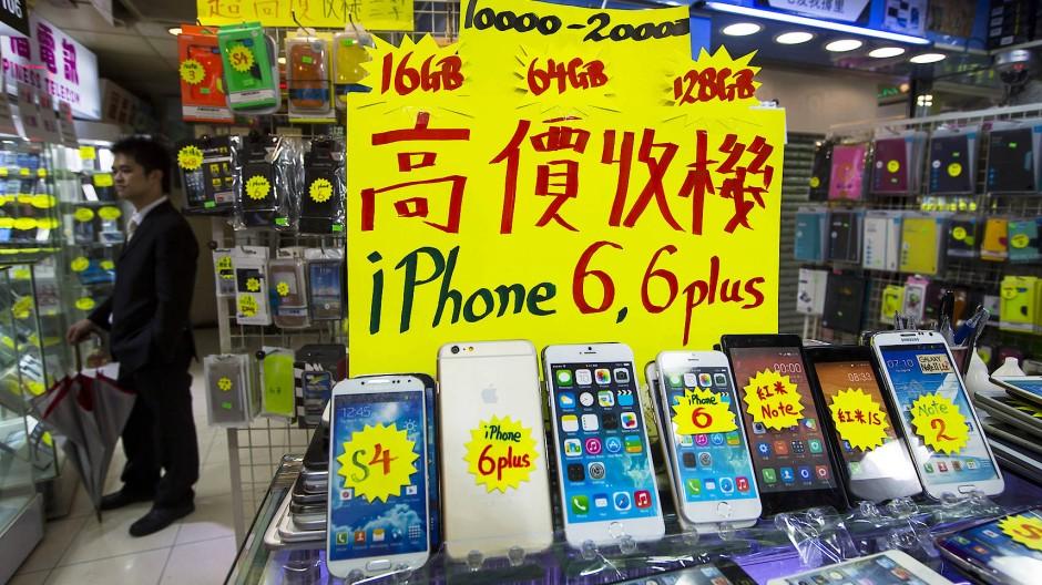 Das Apple iPhone und andere Smartphones werden in einem Elektromarkt in Hongkong angeboten.
