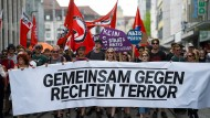 Der Fall Lübcke und die Angst vor neuem Rechtsterror erhitzt die Gemüter ? nicht nur die von diesen Demonstranten in Kassel.