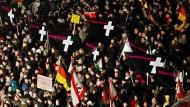 """Auf der Pegida-Demonstration gedachte man auch der Opfer des Terroranschlags auf das französische Satiremagazin """"Charlie Hebdo""""."""