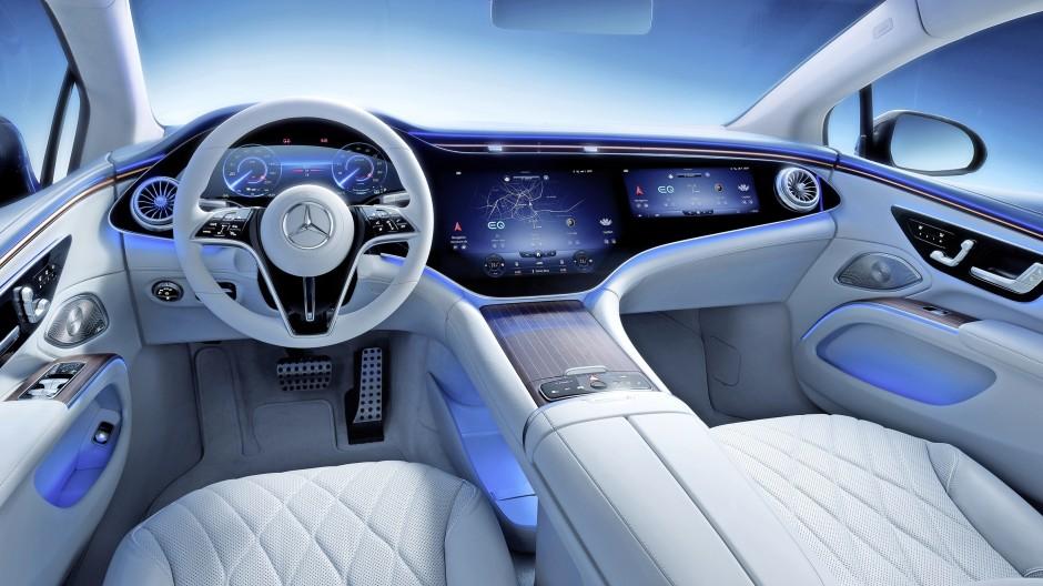 """Digitaltechnik macht es möglich: In der neuen Mercedes-Elektrolimousine EQS kann der Fahrer auf der Autobahn den Computer steuern lassen – und selbst auf dem """"Hyperscreen"""" Videos schauen."""
