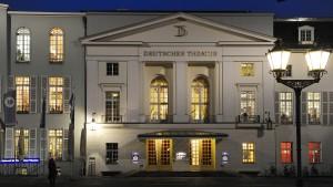 Schauspielerin vor Deutschem Theater in Berlin niedergestochen