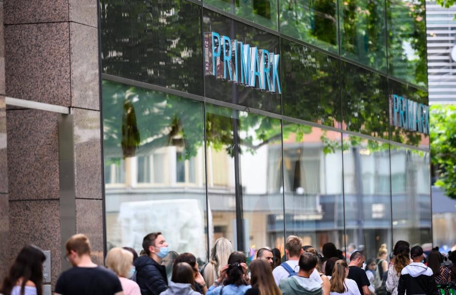 Der Preis als K.O.-Kriterium: Nach dem Ende des ersten Lockdowns bildete sich in Frankfurt eine Schlange vor einer Filiale der Billigkette Primark.