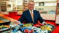 Kurt Hesse, Vorstand der Autec AG, im Mai 2019 im Showroom seines Unternehmens vor ferngesteuerten Fahrzeugen